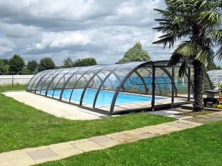 Plně stažitelné bazénové zastřešení TROPEA v populární antracitové barvě