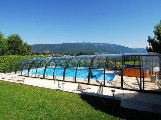 Díky posuvnému bazénovému zastřešení lze v okamžiku vytvořit relaxační zónu pro Váš odpočinek