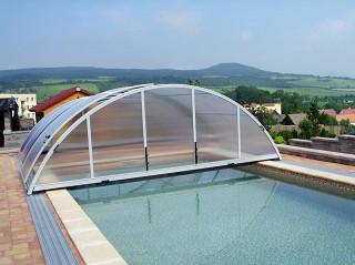 Středně vysoké zastřešení bazénu UNIVERSE v bílé barvě hliníkových profilů