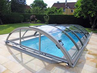 Zastřešení bazénu UNIVERSE ve stříbrné barvě hliníkových profilů s bočním vstupem