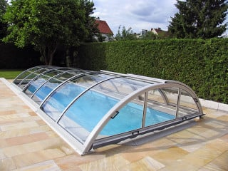 Zastřešení bazénu UNIVERSE NEO™ ve stříbrné barvě profilů s možností bočního vstupu