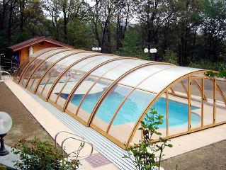 Bazénové zastřešení UNIVERSE NEO™ s imitací dřeva na profilech konstrukce