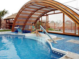 Podchozí zastřešení bazénu UNIVERSE lze využít i jako místo k relaxaci či sportování