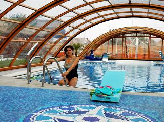 Zastřešení bazénu UNIVERSE nabízí možnost koupání i v nepříznivém počasí