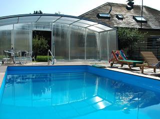 Zastřešení bazénu VENEZIA nabízí volný prostor, který lze využít například k posezení s přáteli