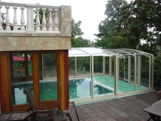 Bazénové zastřešení VISION™ přímo spojené s konstrukcí domu