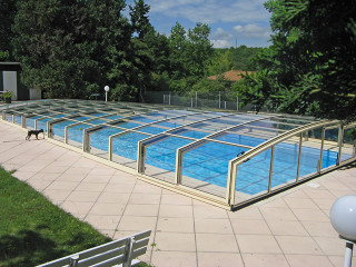 Zastřešení bazénu VIVA™ je ochranou také proti pádu domácích mazlíčků do vody