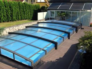 Nízké zastřešení bazénu VIVA™ zabere jen minimum místa