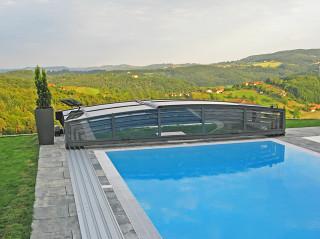 Stříbrná barva hliníkových profilů na bazénovém zastřešení VIVA™