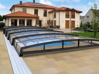 Zastřešení bazénu VIVA™ v antracitové barvě hliníkových profilů