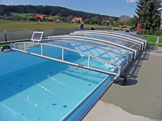 Bazénové zastřešení VIVA™ s elektrickým posuvem poháněným solárním panelem