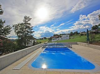 Nízké zastřešení na bazén VIVA™ nenaruší celkový vzhled Vaší zahrady