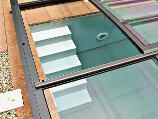 Posuvné dveře jsou vždy umístěny v největším segmentu zastřešení bazénu VIVA™