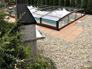 Zastřešení bazénu VIVA™ je velmi nízké a hodí se do každé zahrady