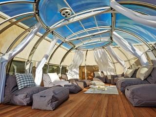 Zastřešení Spa Sunhouse se stínícím systémem nabízí opravdu mnoho místa pro příjemné posezení