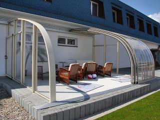 Vnitřní prostor zastřešení terasy CORSO vybaven pohodlnou sedací soupravou