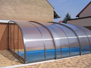 Zastřešení terasy CORSO Entry slouží také jako zakrytí bazénu v blízkosti domu