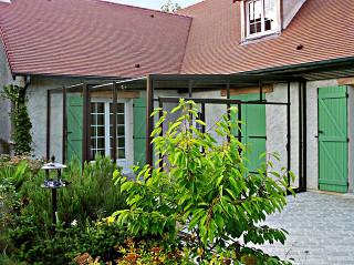 Bronzové zastřešení pergoly CORSO GLASS tvořící jeden celek s domem