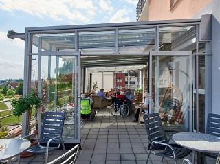 Zastřešení terasy CORSO Glass se stínícím systémem - realizace v Domově pro seniory