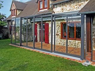 Zastřešení terasy CORSO Glass v antracitovém provedení - skvěle ladí s klasickým domem