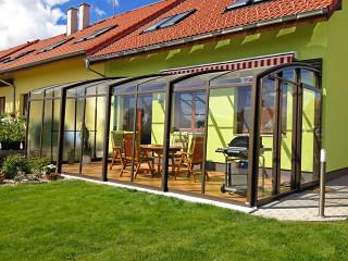 Příjemné posezení na Vaší terase zajistí zastřešení CORSO Solid doplněné markízou