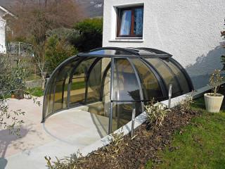 Zastřešení vířivky OASIS™ napojené na zeď domu výrazně zvyšuje tepelnou izolaci přilehlé zdi