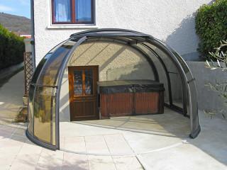 Vnitřní prostor vzniklý zakrytím vířivky či sedací soupravy zastřešením OASIS™