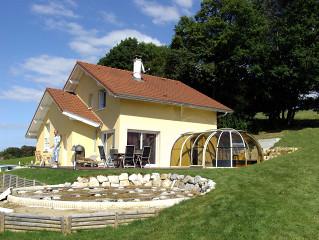 Celkový vzhled domu s nainstalovaným zastřešením vířivky OASIS™