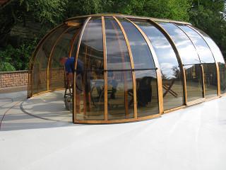 Zakrytí vířivé vany SPA SUNHOUSE® s imitací dřeva použité na profilech konstrukce