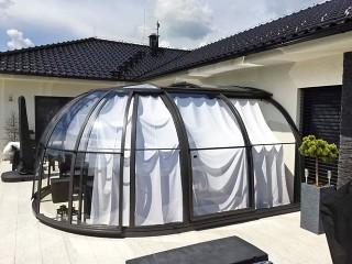 Zavřené zastřešení vířivky se zataženým stínícím systémem nabízí úkryt před sluncem i dostatek soukromí