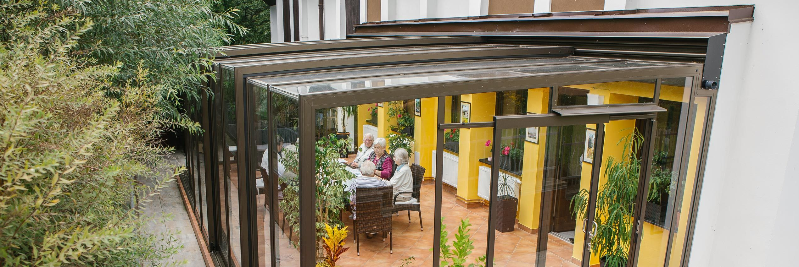 Aufgeschobene Terrassenüberdachung CORSO Glass für Horeca