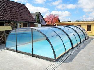 ALUKOV bietet auch mittelhohe Serie der Poolüberdachungen
