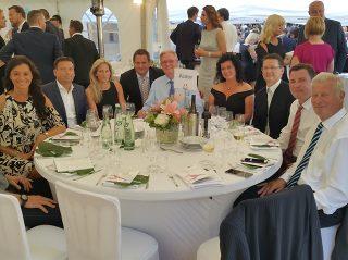 ALUKOV-Tisch durch Firmen-Leitung und wichtige deutschen Partner repräsentiert