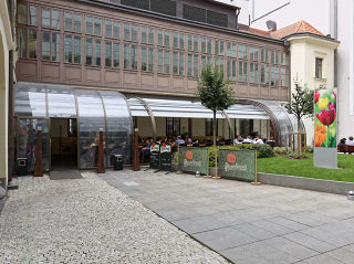 ALUKOV-Überdachung in der Kombination mit historischem Gebäude stört nicht