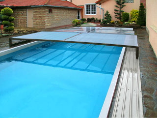Beliebte flache Poolüberdachung TERRA mit kompaktem Polykarbonat