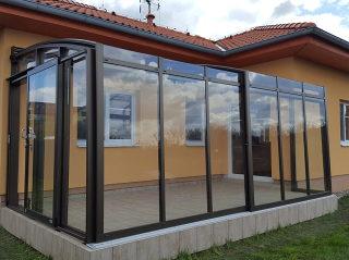 Beliebtes Schiebeüberdachungsmodell CORSO Premium in der Farbe Antikbraun
