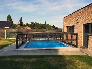 Extrem hohe Ausführung des niedrigen Poolüberdachungsmodells VIVA