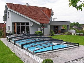 Flache und unauffällige Poolüberdachung VIVA von ALUKOV