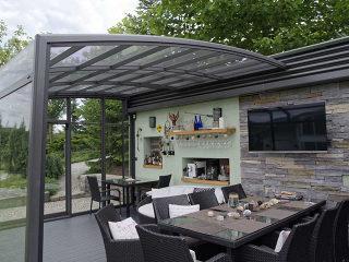 Gemütlicher Raum drinnen der massgefertigten Terrassenüberdachung CORSO Premium