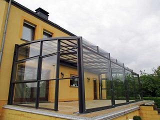 Geräumige helle und aufschiebbare Terrassenüberdachung CORSO Premium von ALUKOV Deutschland