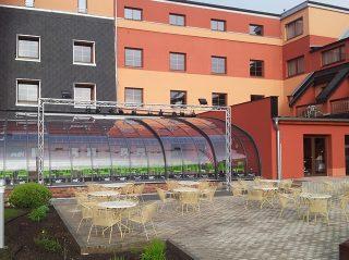 Geräumige und massgefertigte Terrassenüberdachung STYLE beim einem großen Hotel