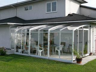Geschlossene Terrassenüberdachung CORSO Premium in heller Ausführung