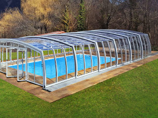 Hohe Poolüberdachung OMEGA passt in den großen Garten