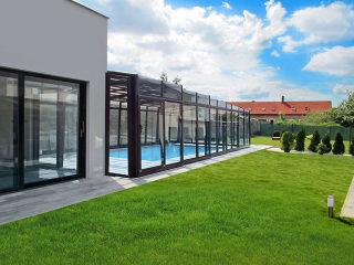 Hohe Poolüberdachung VISION direkt mit dem Haus verbunden
