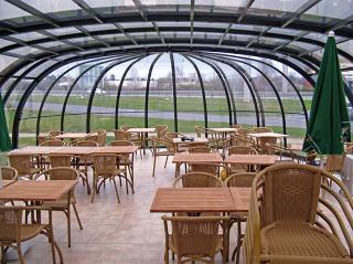 Sitzplatzverglasung OLYMPIC bietet Ihren Gästen den gemütlichen Raum ganzjährig an