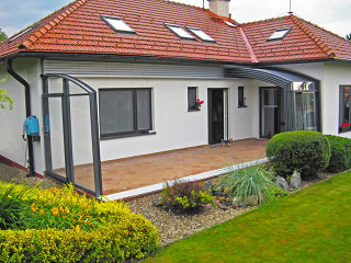 Komplett aufgeschobene Terrassenüberdachung CORSO Premium