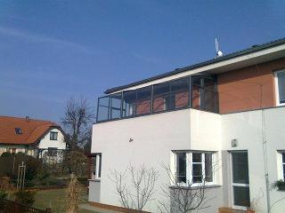 Massgefertigte Balkonüberdachung mit kinderleichem Verschieben von ALUKOV