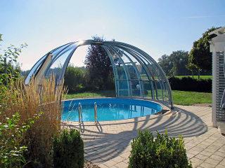 Massgefertigte runde Poolüberdachung für Ihren Pool