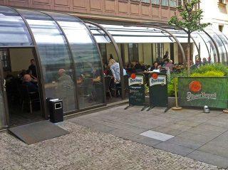Massgefertigte Überdachung für den Gastgarten beim Rastaurant im Zentrum Prags