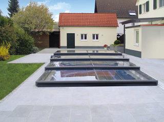 Moderne ultraflache Poolüberdachung TERRA von ALUKOV Deutschland